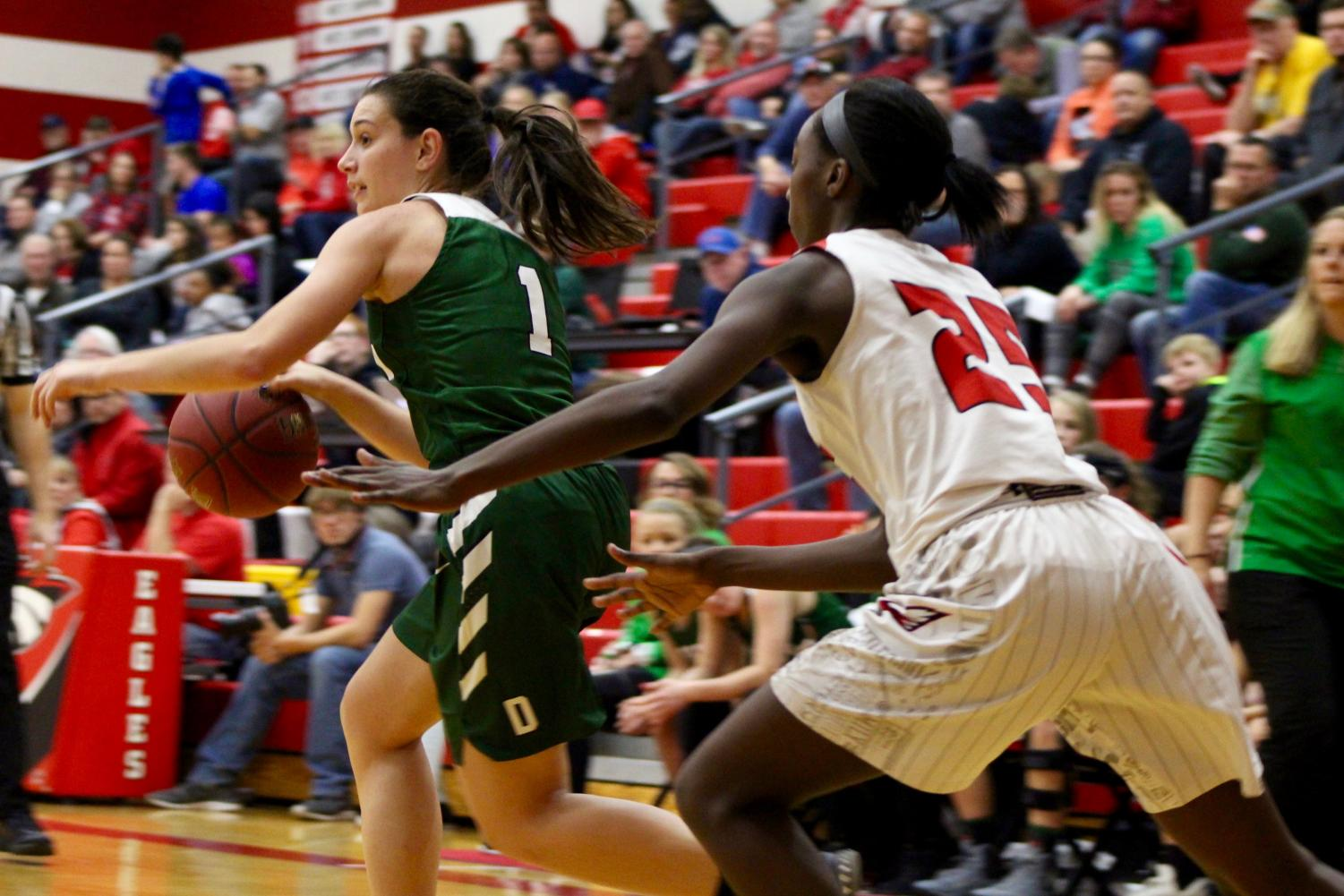 Sophomore+Sydney+Nilles+dribbles+the+ball+away+from+Maize%27s+offense.