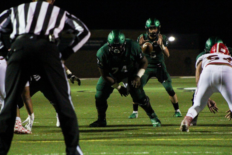 Junior+Kevin+Washington+snaps+the+ball+to+senior+quarterback+Hunter+Igo.