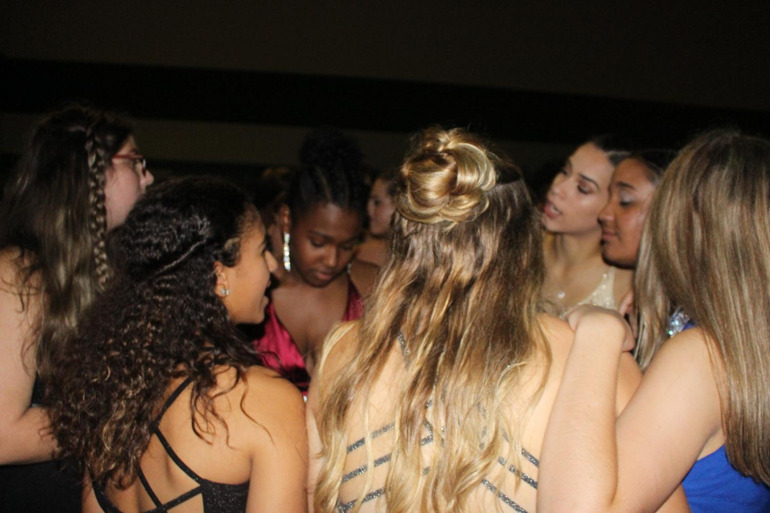 Group+of+girls+dance+together+during+a+slow+song