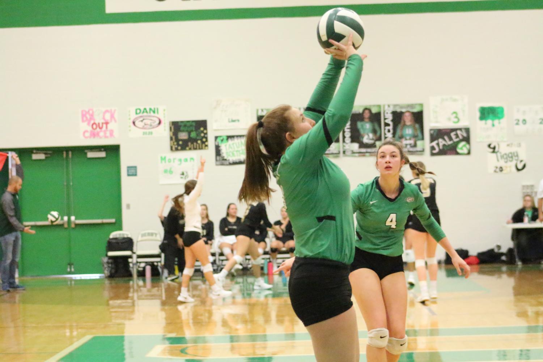 Senior+Danika+Sinclair+sets+the+ball