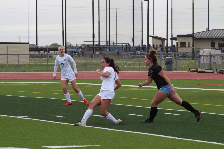 Varsity+and+JV+soccer+girls+against+Eisenhower+%28Photos+by+Alondra+Lopez%29