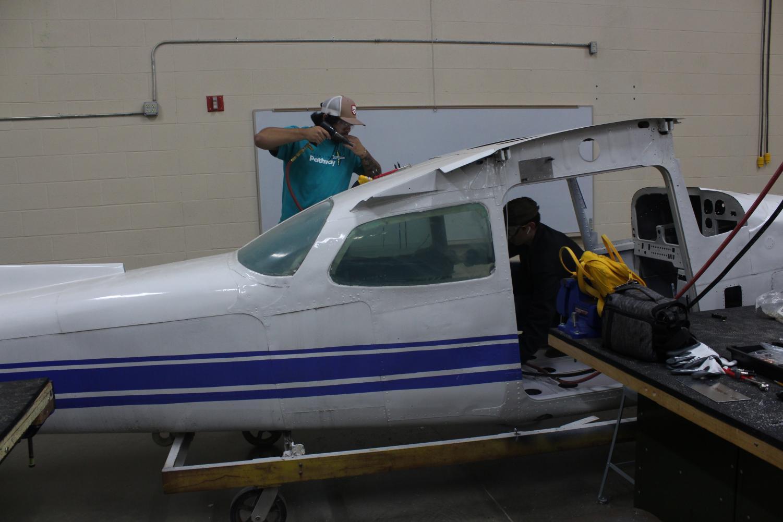 Aerostructure+class+builds+an+airplane+%28Photos+by+Lauren+Miller%29